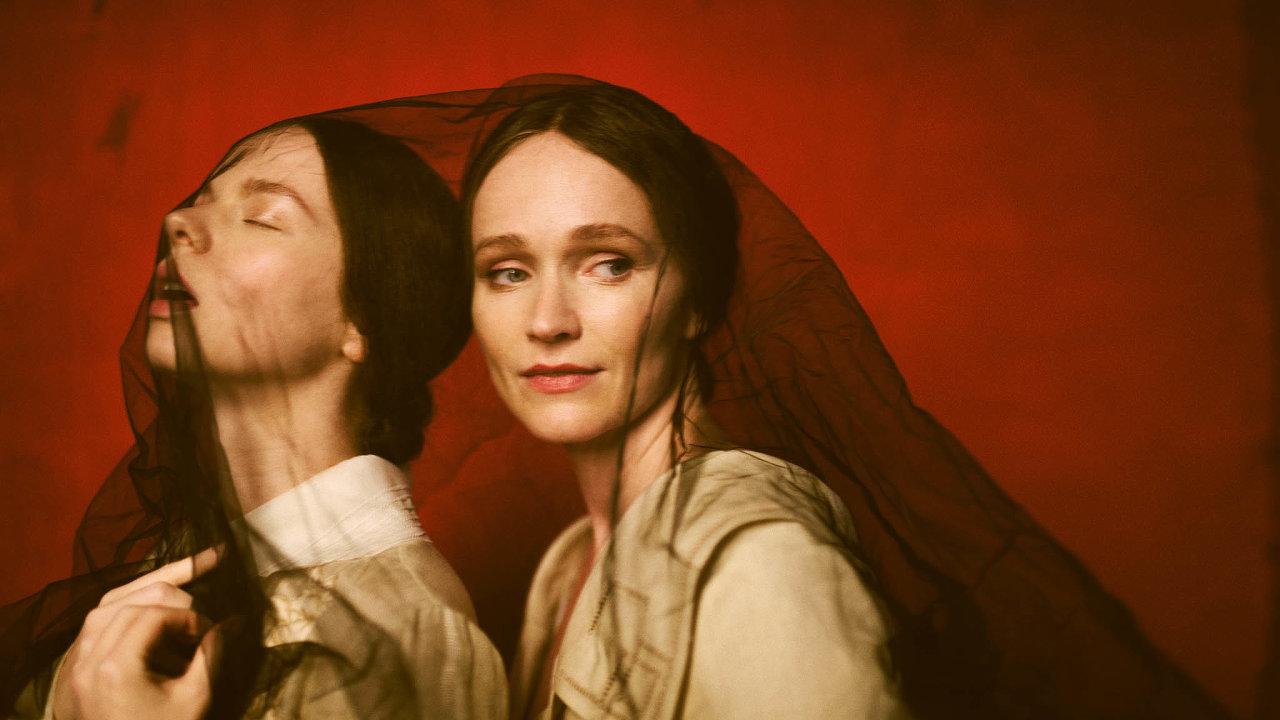 Anna a Aňa, obě šaty FENDI