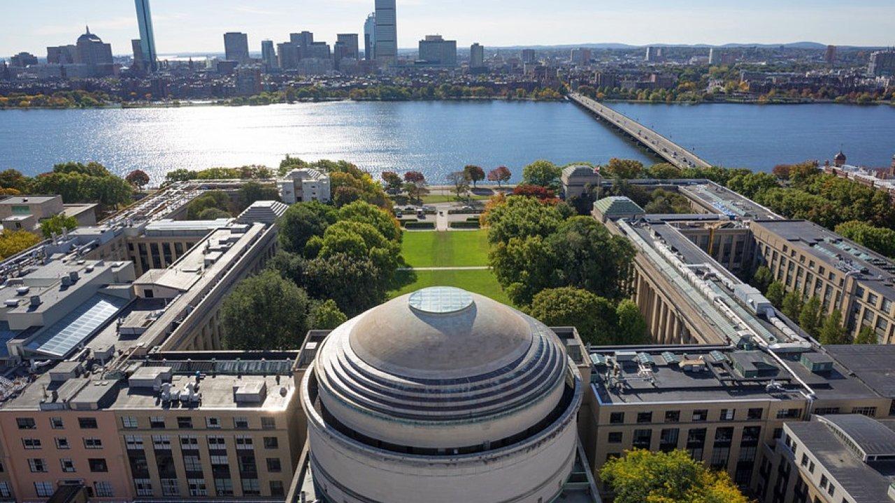 Massachusettský technologický institut (MIT) dlouhodobě patří mezi pět nejlepších univerzit na světě. Vědeckou spolupráci navázal se sedmnácti zeměmi, Česko je teď jednou z nich.