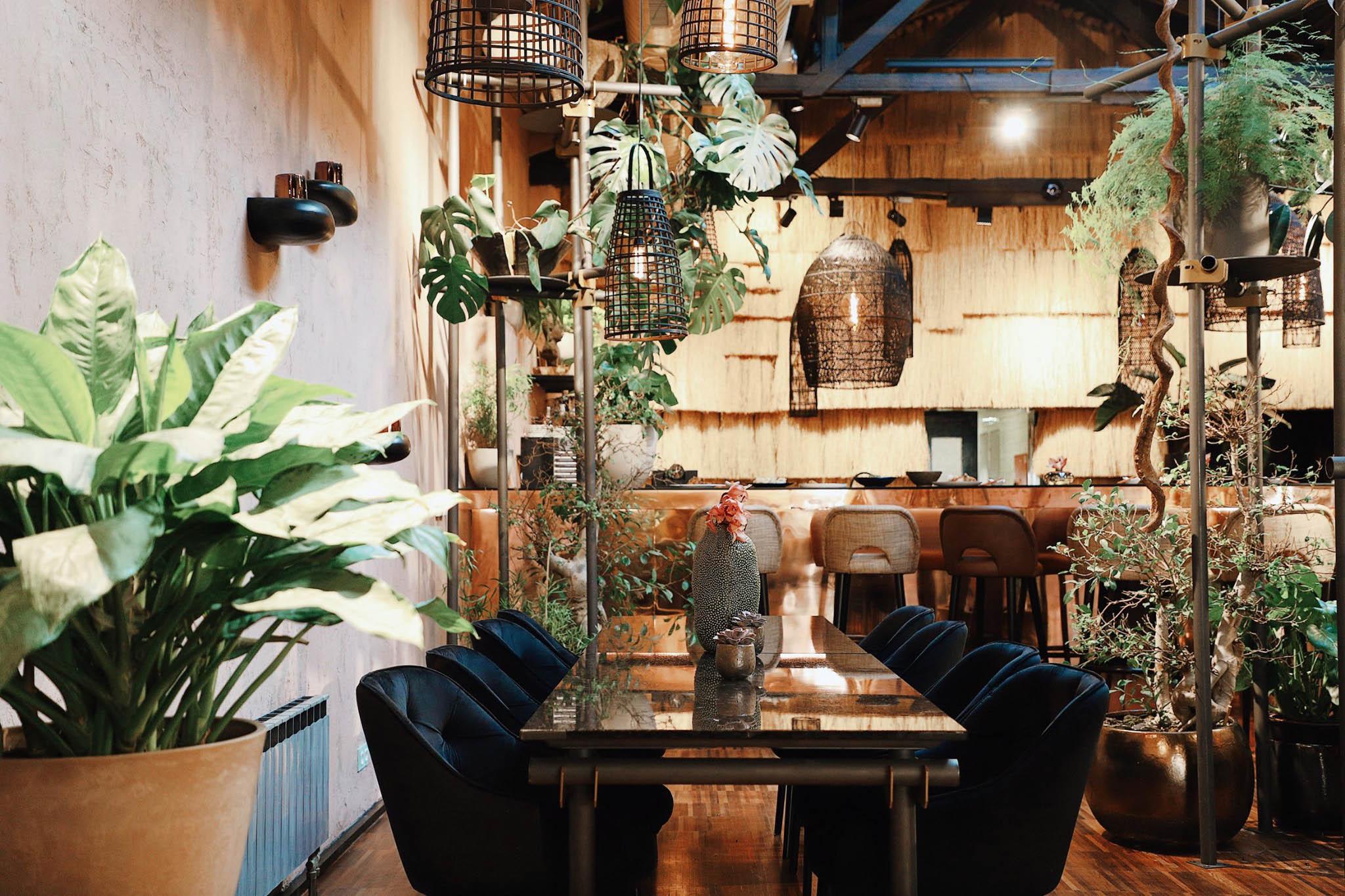 Nový podnik Štěpána Návrata PRU58 klade důraz na respekt k přírodě a to se podepisuje také na interiéru. Zkuste třeba kombinaci spáleného kvašáku, šalotky, sivena, libečku, kokosu a mikrobylinek.