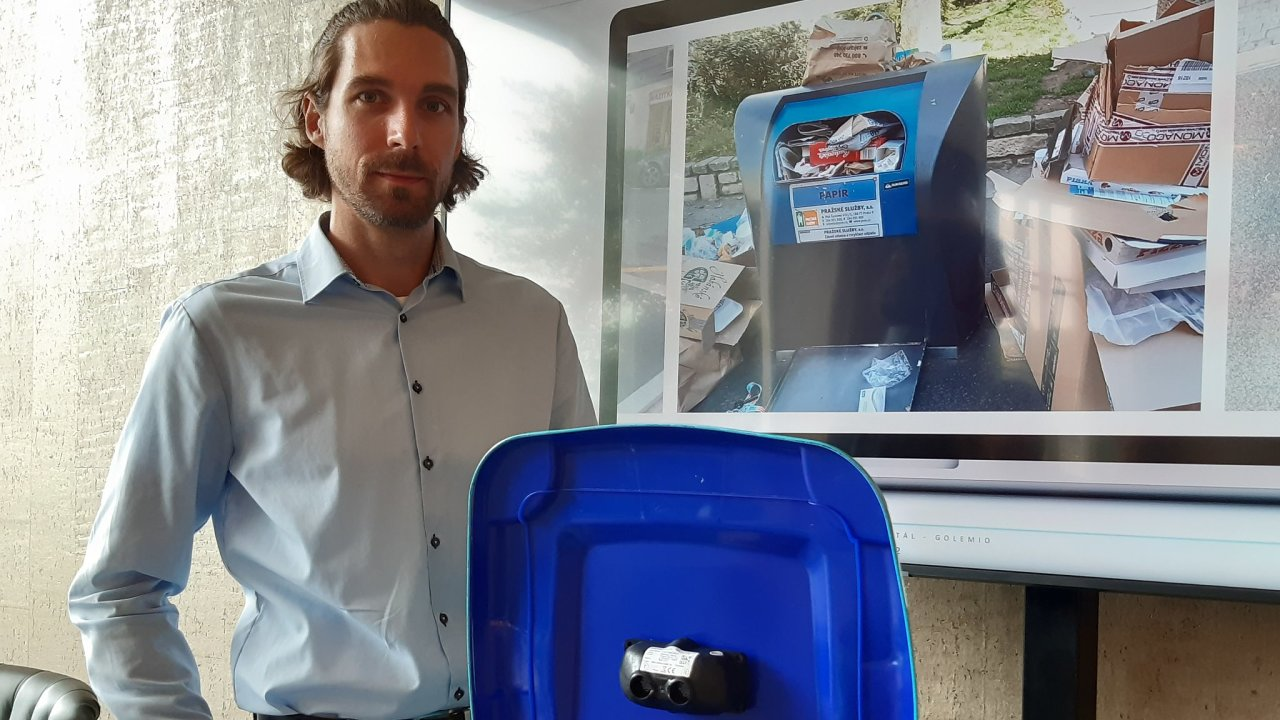Ondřej Šárovec z projektu Chytrý svoz odpadu, OICT, ukazuje jeden ze senzorů, jež v Praze instalují do podzemních kontejnerů na tříděný odpad. Díky nim mají přehled o jejich naplněnosti.