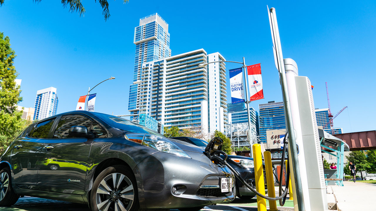 """Z Bidenových """"zelených"""" investic  jsou republikáni ochotni podpořit jen výstavbu veřejných dobíjecích stanic pro elektrická auta, kterých by napříč USA mělo nově vzniknout 500 tisíc."""