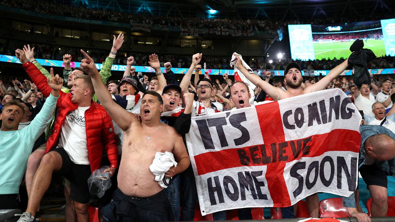 Muži jsou podle britské studie nyní více ohrožení koronavirem než ženy. A to kvůli fotbalu. Na snímku britští fanoušci semifinálového zápasu Anglie–Dánsko na stadionu ve Wembley.