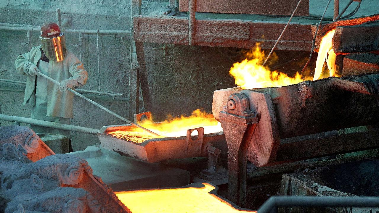 Pracovník měděné huti Codelco Ventanas v Chile. Komodity jako měď, hliník nebo ropa jsou rekordně drahé.