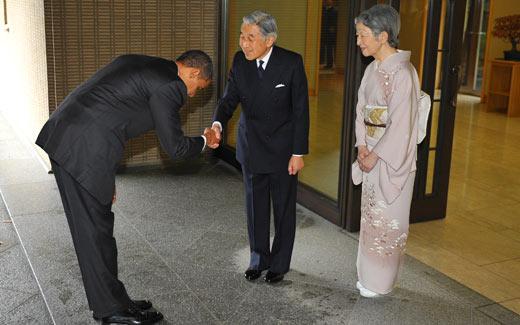 Americký prezident Obama se zdraví s japonským císařem (AP Photo/Charles Dharapak)