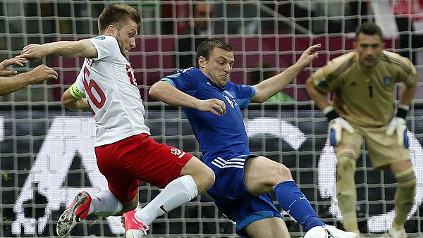 Jakub Blaszczykowski v zápase s řeckým obráncem Avramem Papadopulosem