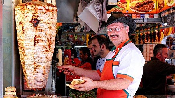 Prodavač kebabu v Istanbulu