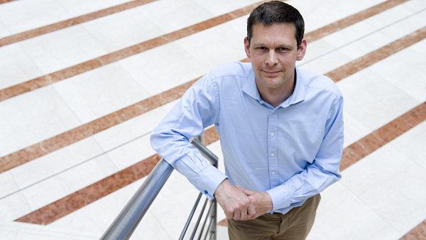 Britský právník Stephen Sampson