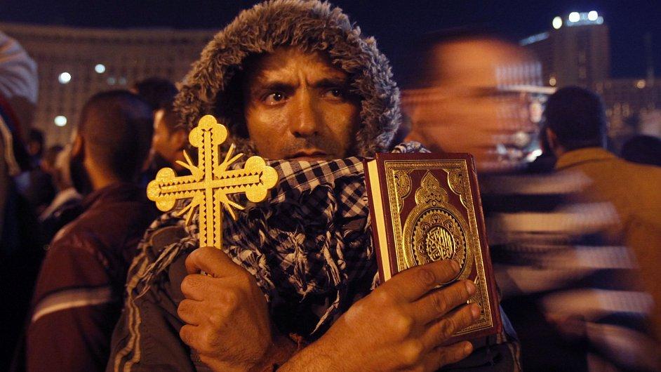 Egypťan s koránem a křížem v rukou, ilustrační foto