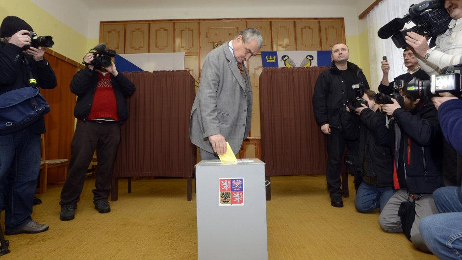 Karel Schwarzenberg odvolil v druhém kole prezidentských voleb. Pravděpodobně vhodil do volební urny lístek bez obálky. V takovém případě by byl neplatný.