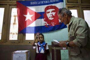 Kuba volí. Místní odevzdává hlas v jedné z havanských volebních místností
