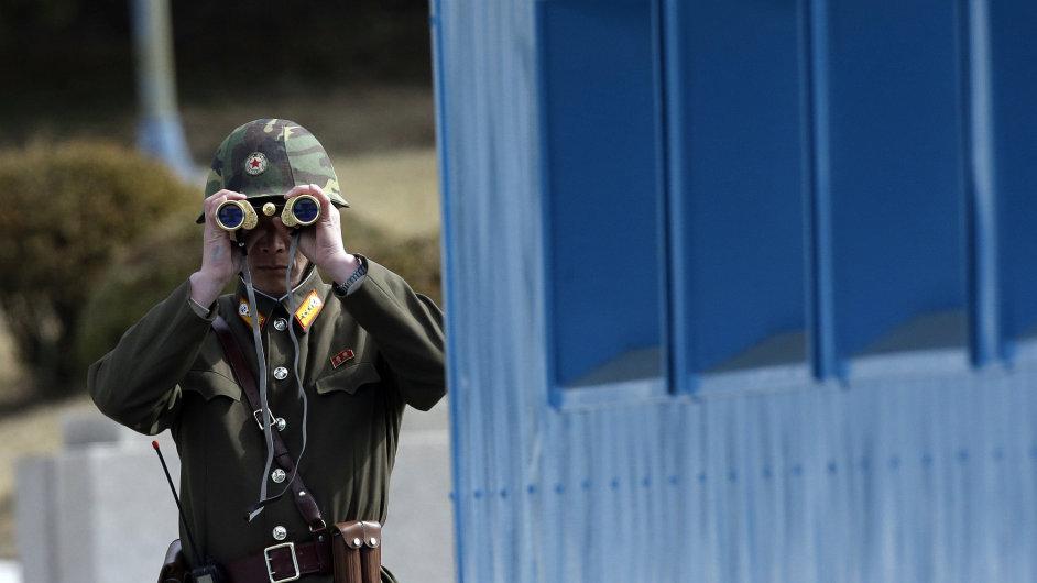 Severokorejský voják sleduje hranici s Jižní Koreou, Pchanmundžon