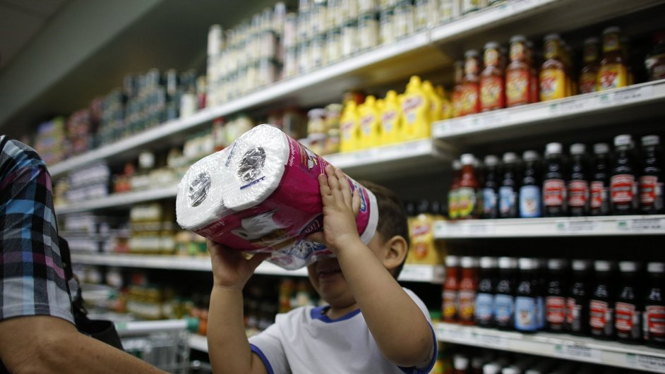 Obyvatelé Caracasu v obchodech vykupují zásoby toaletního papíru