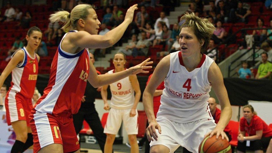 Jana Veselá (vpravo) v přípravném utkání s Ruskem. (Ilustrační foto)