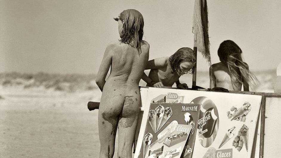 Na snímku Tracey, Estelle a Mylene na pláži v Montalivet ve Francii, rok 1994