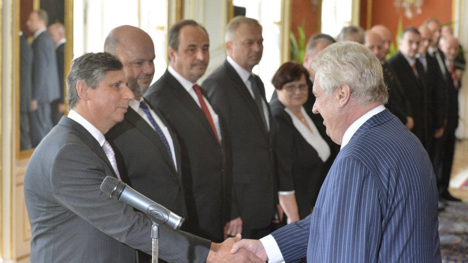 Rusnokova vláda. Vpředu ministr financí Jan Fischer a prezident Miloš Zeman