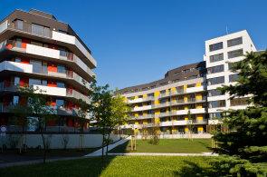 Projekt Devonská Barrandov se skládá ze dvou vizuálně propojených bytových domů a jednoho samostatného