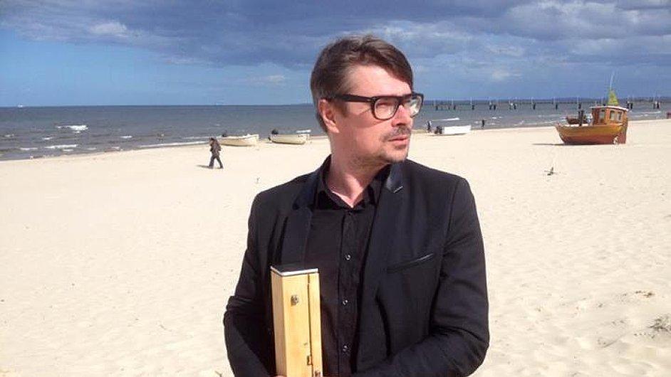 Jaroslav Rudiš drží právě získanou Usedomskou literární cenu.