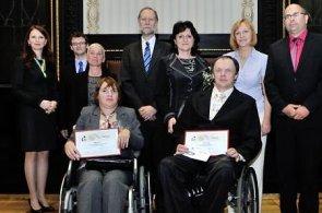 Vítězové soutěže Zdravotně postižený zaměstnanec roku 2013: Magda Majo a Josef Fučík