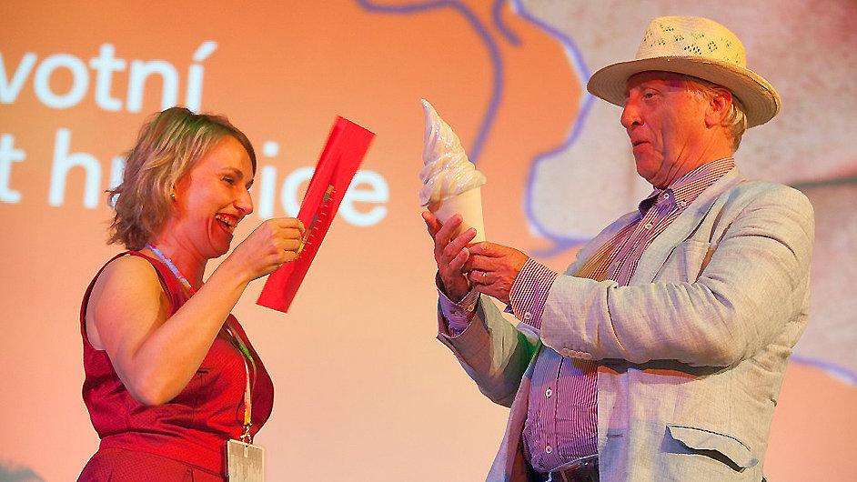 Peter Greenaway přebral v Uherském Hradišti cenu v podobě kornoutu zmrzliny.
