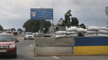 Ukrajinsk� arm�da hl�dkuje u m�sta Mariupol.