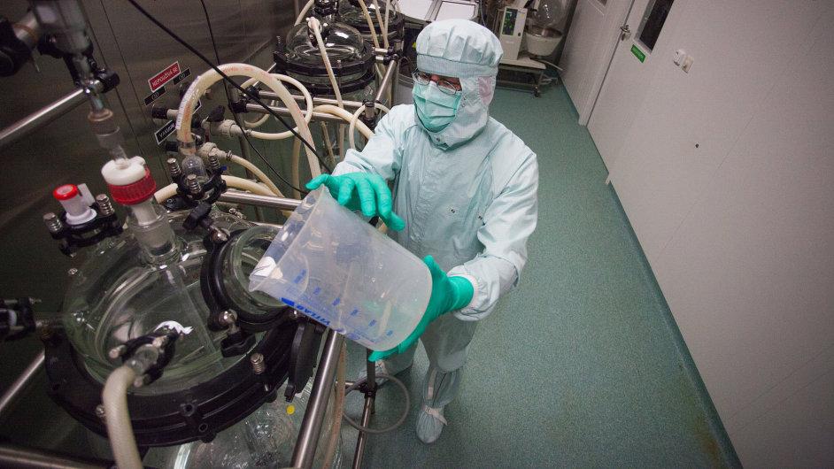 Technolog Miloš Andrlík meziprodukty ve výrobně substancí mísí. Vzniká pak léčivá látka oxaliplatin, která se podává nemocným rakovinou tlustého střeva nebo žaludku při chemoterapiích.