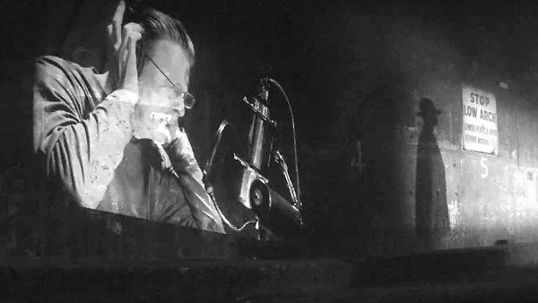 Davida Bowieho v nov� p�sni doprov�z� jazzov� orchestr Marie Schneiderov�