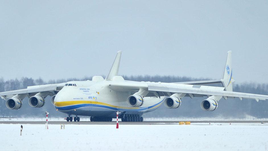 Armádní techniku do Nigérie dopravuje Antonov An-225 Mrija, největší letoun na světě.