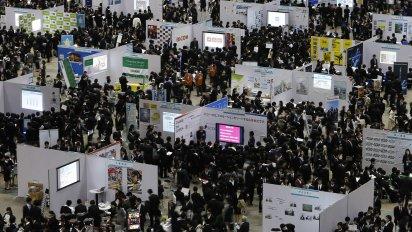 Z�jemci o pr�ci zaplnili veletrh pracovn�ch m�st v Tokiu. Veletrhu se podle organiz�tor� z��astnilo na 50 tis�c student� a sto firem.