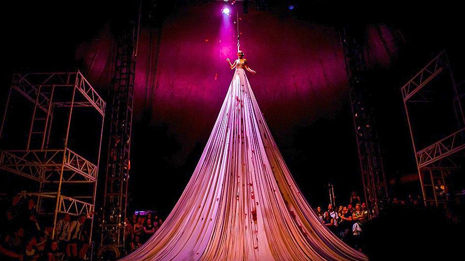 Snímek z inscenace Bianco od anglických NoFit State Circus.