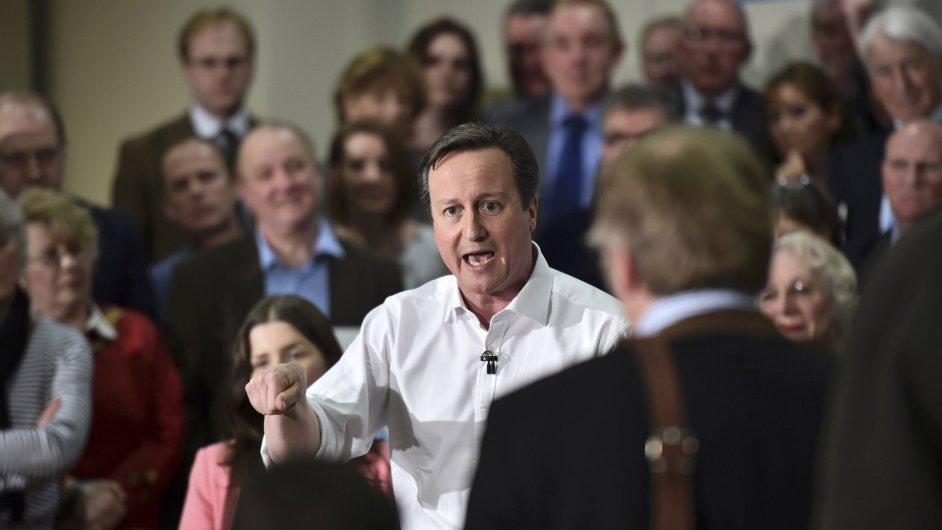 Předvolební kampaně běží v Británii již delší dobu. David Cameron na fotografii hovoří k posluchačům na škole v Chippenhamu.