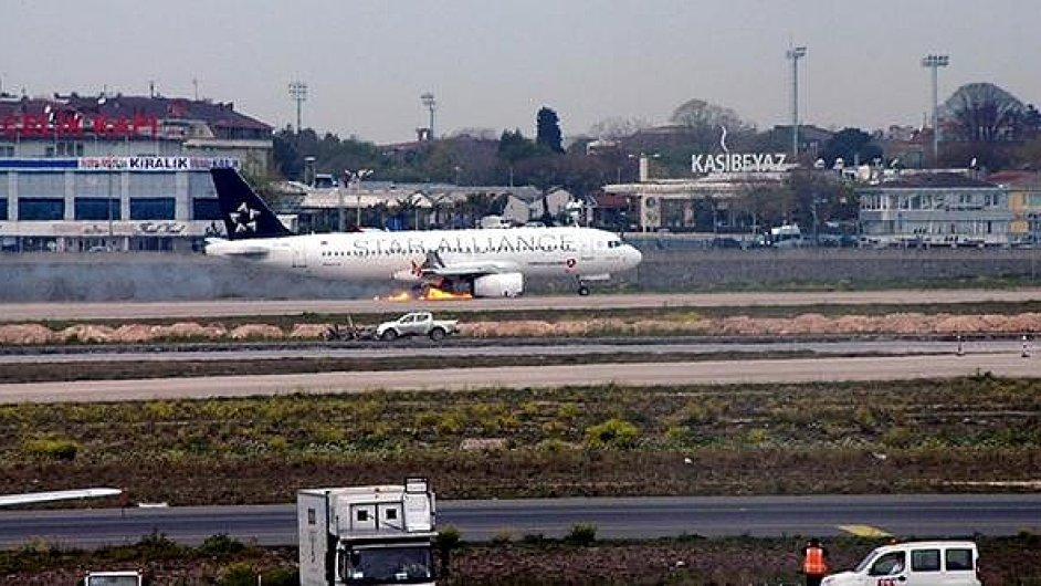 Let Turkish Airlines TK1878 přistál nouzově v Istanbulu s hořícím motorem