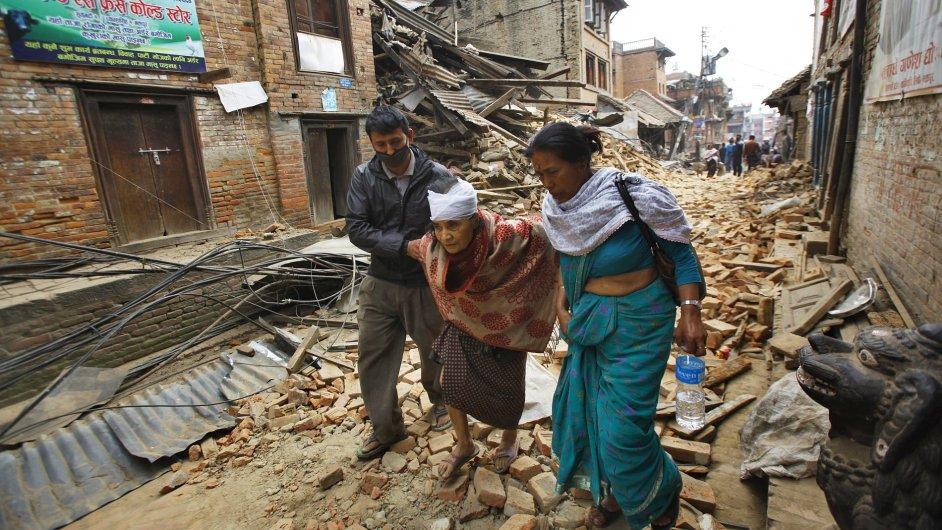 Počet obětí zemětřesení v Nepálu stoupl už na více než čtyři tisíce.