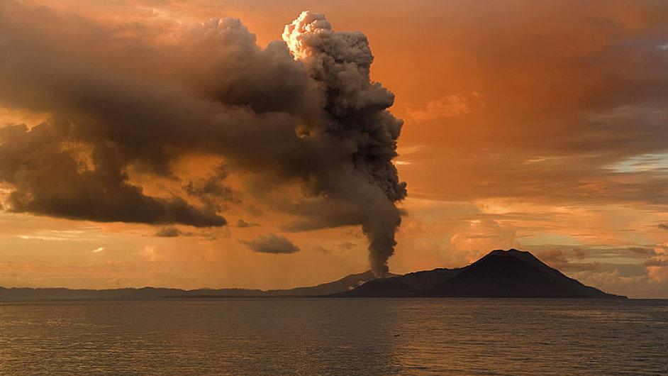 Rabaul leží ve stínu aktivní sopky Mount Tavurvur - Ilustrační foto.