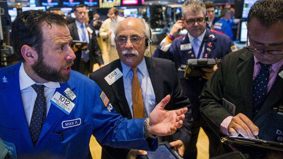 Horší výsledky několika velkých firem ve čtvrtek táhly akcie na Wall Street dolů.