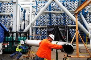 V Kalifornii bojuj� se suchem: Za miliardu dolar� postavili tov�rnu na odsolov�n� vody
