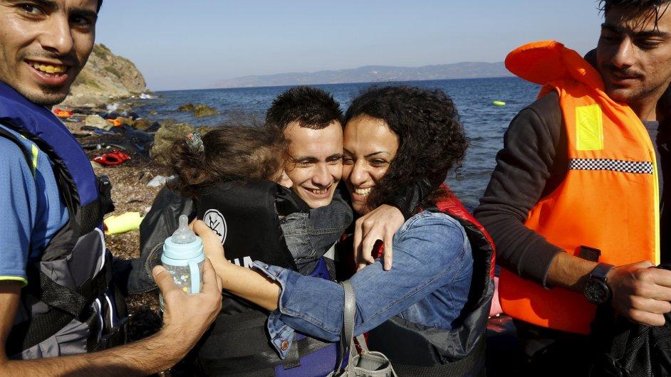 Syrská uprchlická rodina se objímá poté, co bezpečně doplula na řecký ostrov Lesbos.