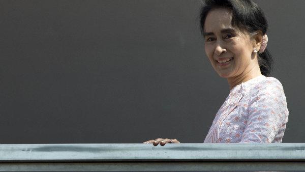 V barmské armádě nepochybně působí lidé, kterým vyhovuje, že rozhořčení padá na hlavu Su Ťij.