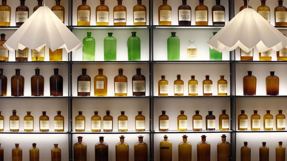 Výrobci značkových parfémů dlouho bojují proti kopírování svých vůní. Evropská unie jim teď dala do rukou nový nástroj pro jejich ochranu.