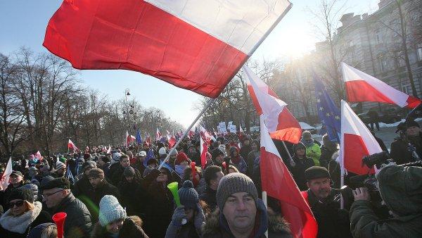 Lid� v polsk�ch m�stech protestuj� proti politice vl�dy premi�rky Beaty Szydlov�.