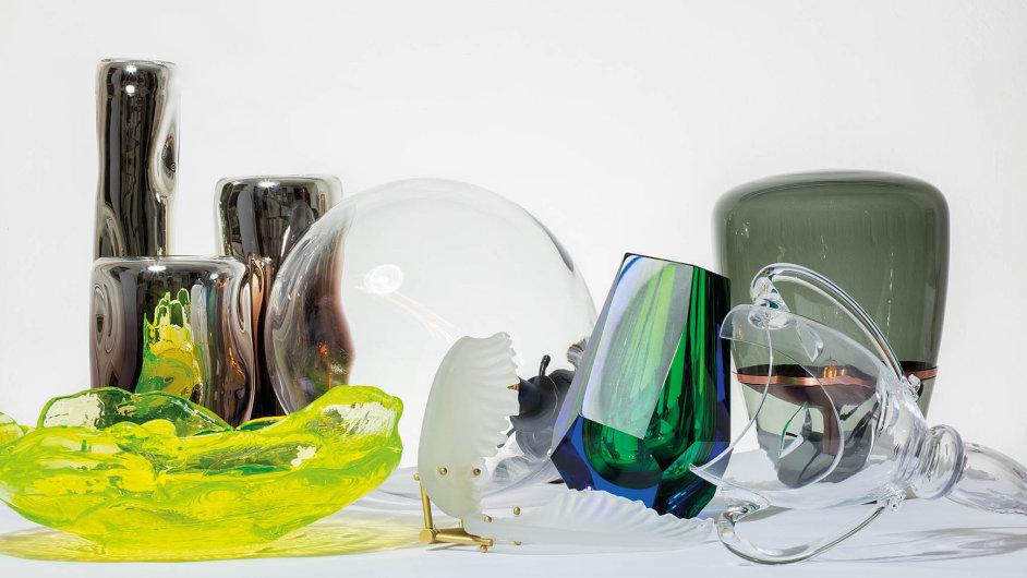 Výtvarníci a designéři začali ve skle znovu spatřovat jeho atraktivitu. Stále častěji prostřednictvím tohoto materiálu tvoří uznávaní domácí designéři.