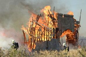 Hasiči zlikvidovali požár na Barrandově, s policií zjistí příčinu.