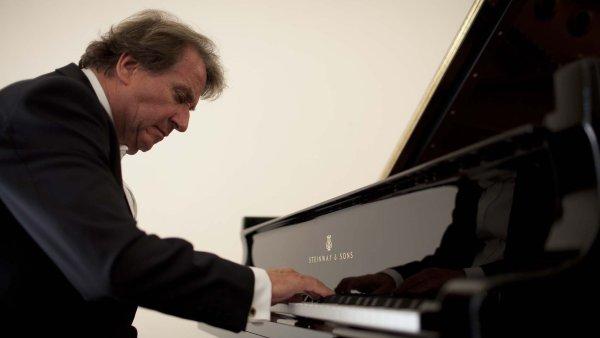 Rudolf Buchbinder (na snímku) se v Grafeneggu zhostil role klavírního interpreta i dirigenta Beethovenových koncertů.
