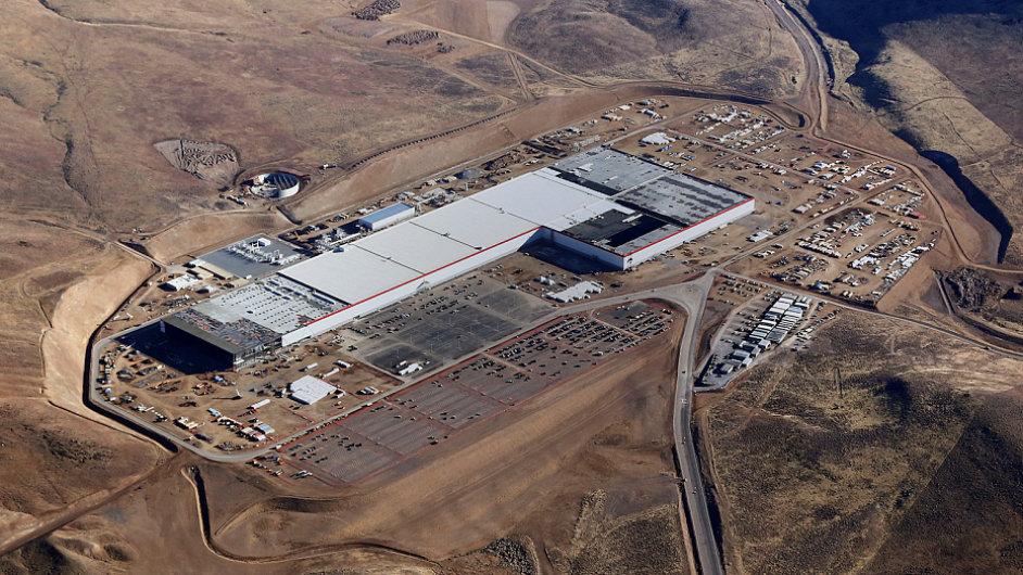 Gigatovárna automobilky Tesla začala vyrábět baterie.