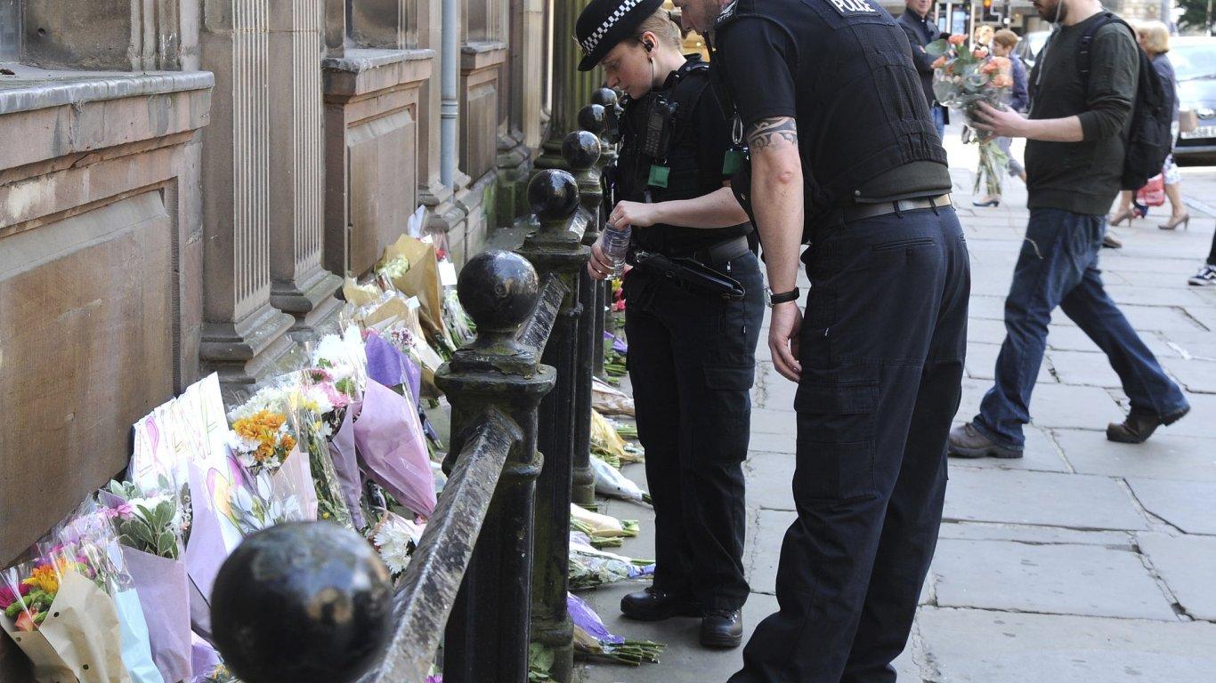 Na místo útoku chodily celé úterý stovky lidí uctít památku obětí.