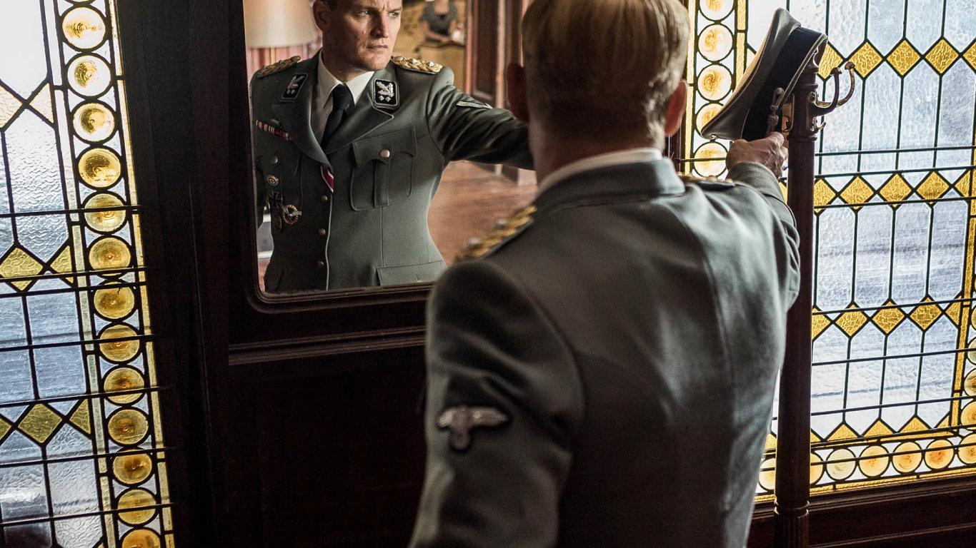 Jason Clarke vroli Heydricha.