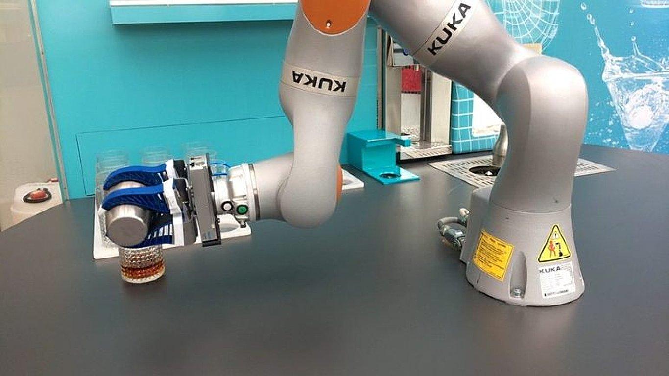 Firma představila prototyp robotického barmana. Návštěvníkům umíchal drinky