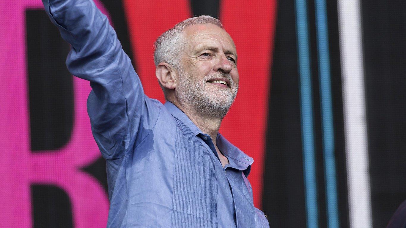 Na snímku z festivalu Glastonbury je lídr britských labouristů Jeremy Corbyn.