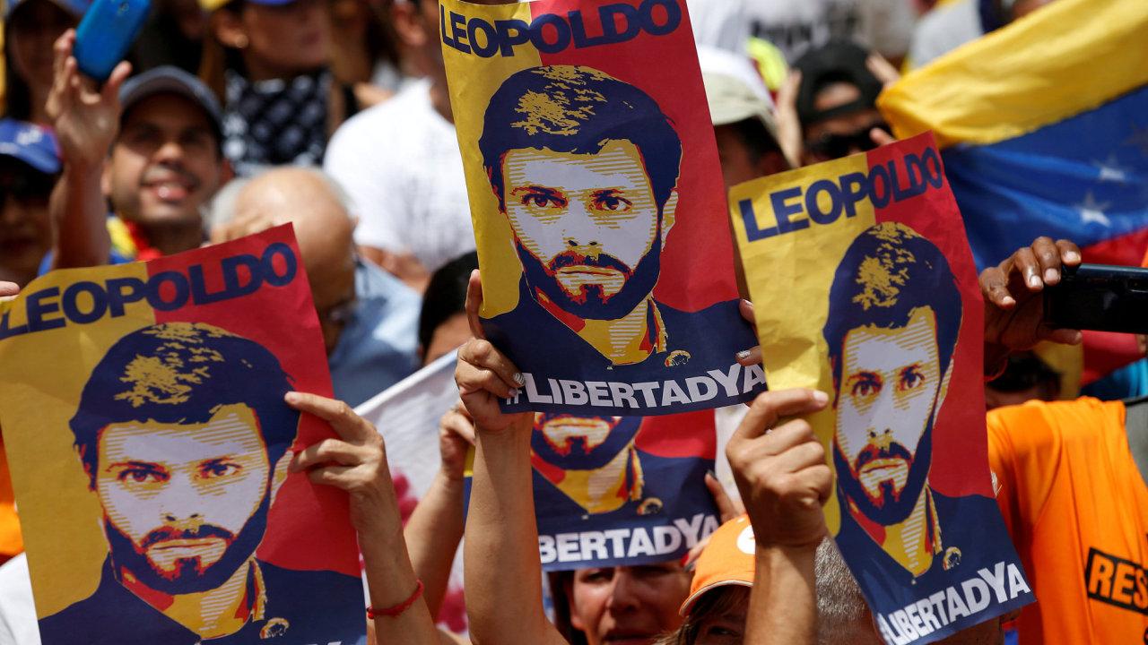 Policie vrátila do domácího vězení opozičního politika Leopolda Lópeze.