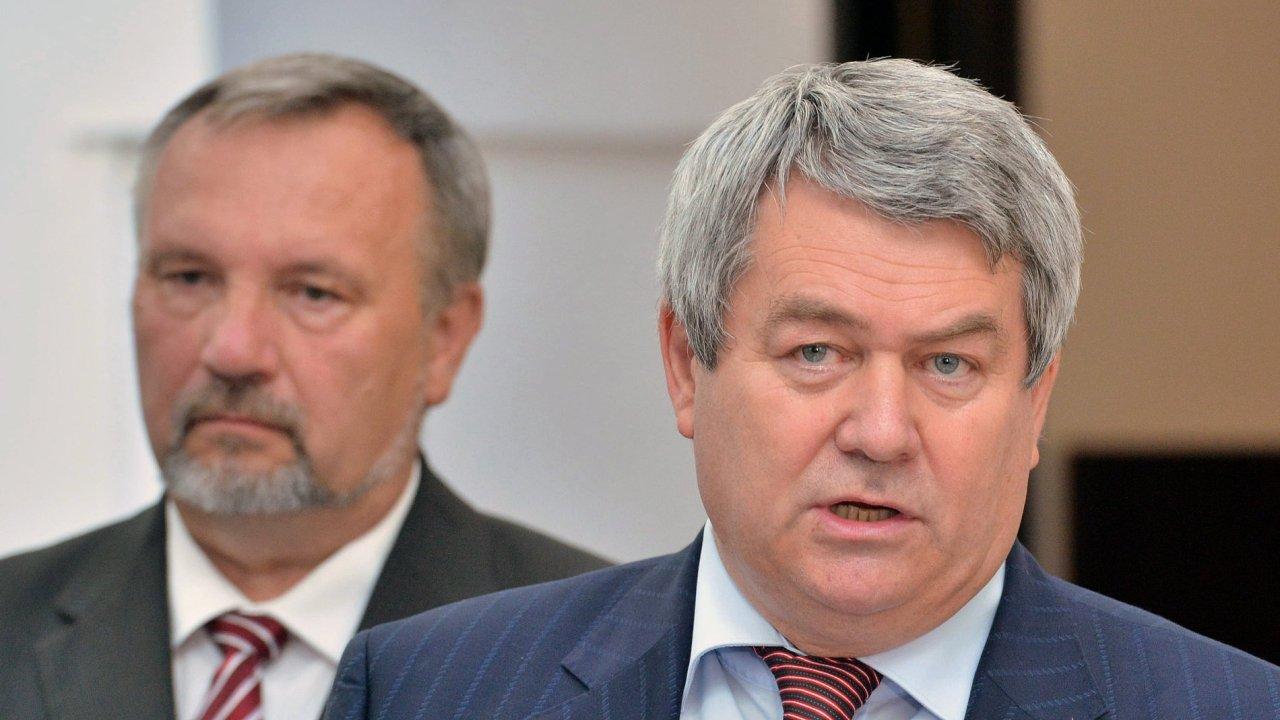 Předseda KSČM Filip (vpravo) a předseda poslaneckého klubu KSČM Kováčik.