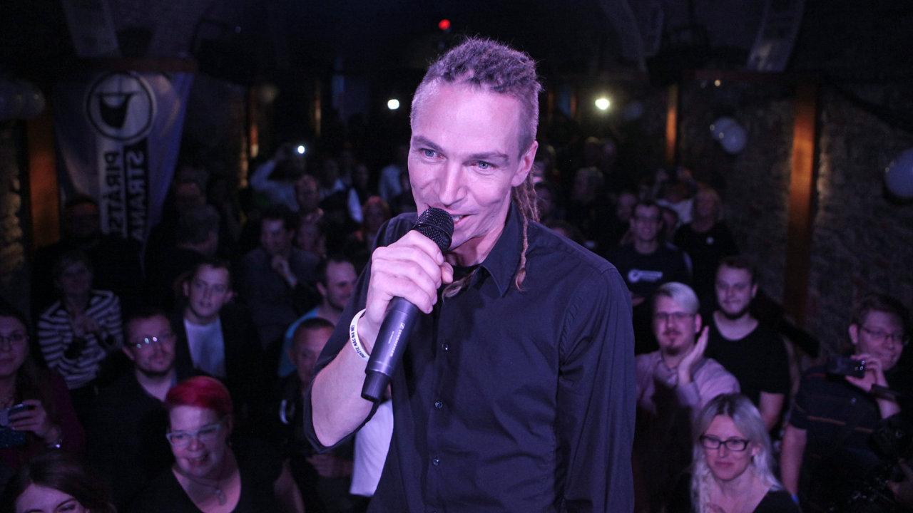 Volební štáb Pirátů a jejich předseda Ivan Bartoš.